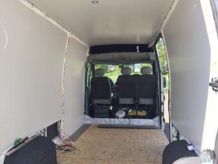 Verkleidung der Wände und Boden verlegen im Camper verlegen